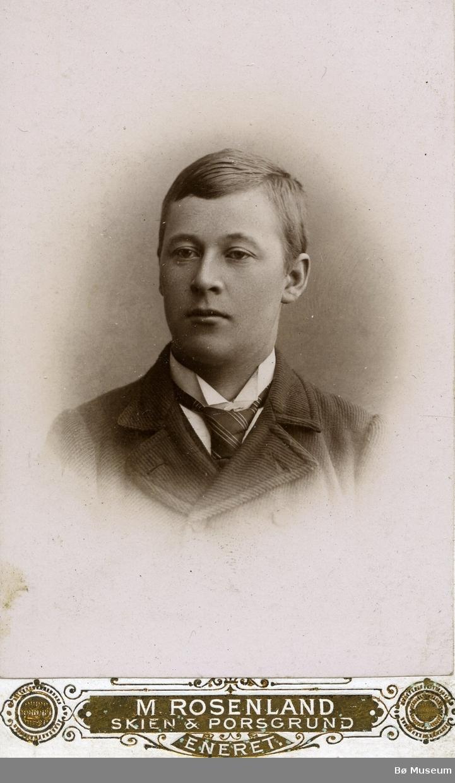 Portrettfoto av ung ukjent mann