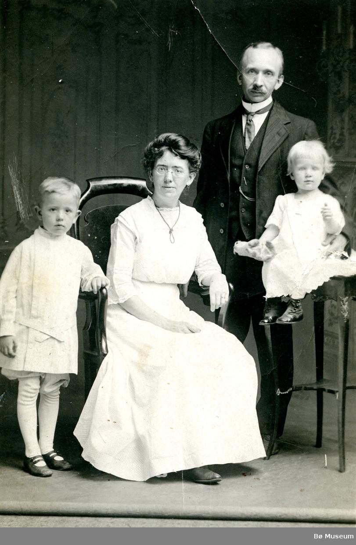 Atelierfoto av familen Prestholt i USA, F.v.  Torjus Clinton, mor Natalie, Ole Torjussen Prestholt og Nathalie Marie