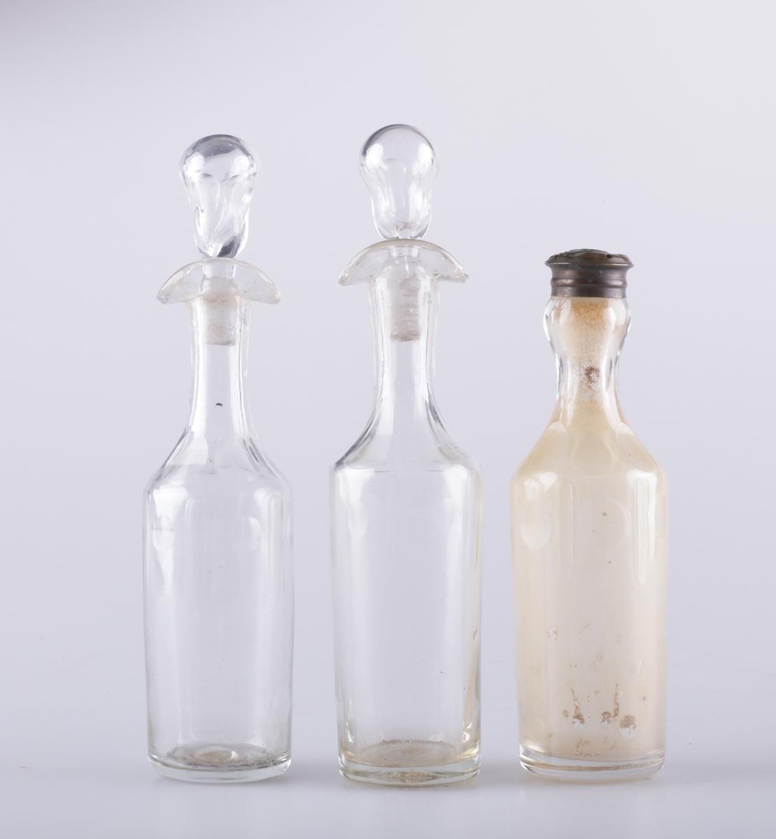 Flasken er slank og har dobbel helletut og glasspropp. Flasken er dekorert med fasettsliping og olivensliping i annenhvert felt øverst på kroppen.