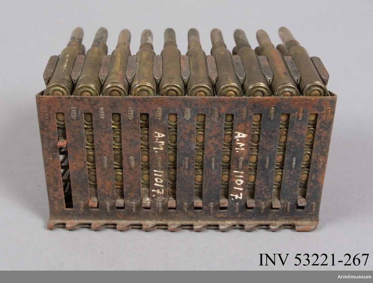 Grupp E V. Patron till kulspruta av obekant modell. Femtio patroner i ram.  Magasinet med 50 patroner är till en 6,5 mm kulspruta m/1914 Fiat-Revelli, Italien. 2019-10-31 EW