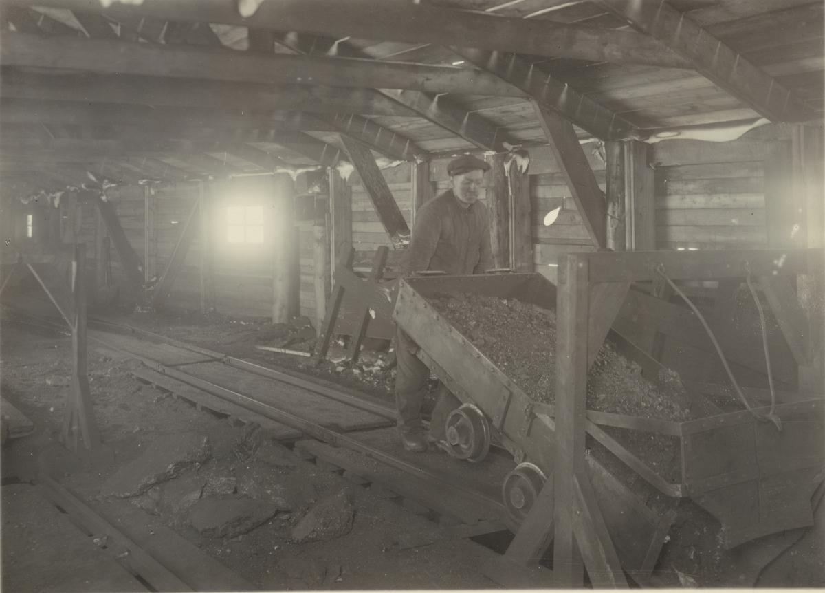 Sveagruvan, Spetsbergen. Tippning av kol i kolficka, 1922.
