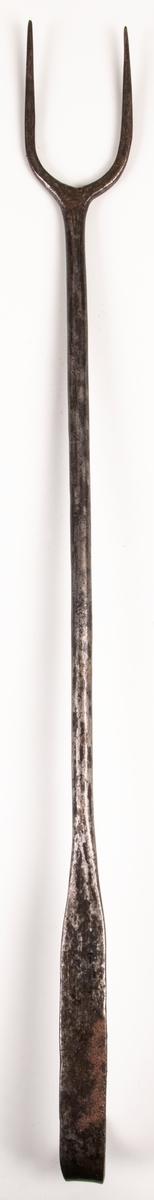 Stekvändargaffel av järn. 1800-talets mitt. Dannemorasmide.