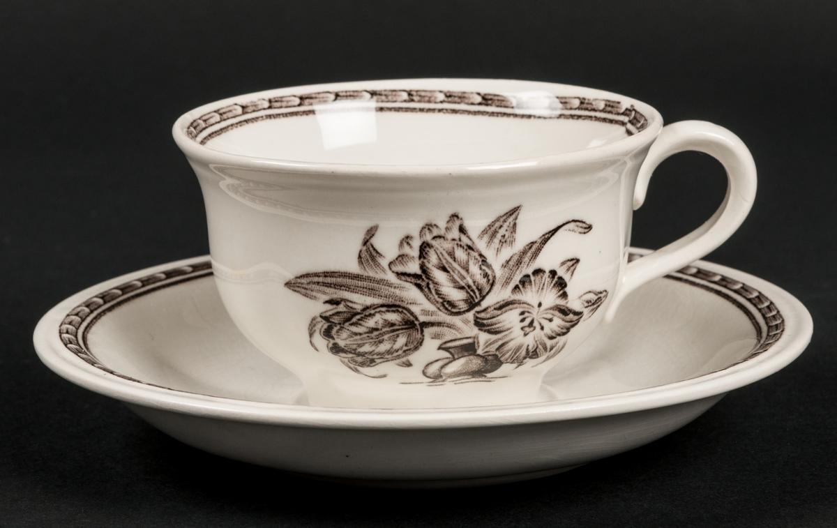 Kaffekopp med fat. Vit botten med brun dekor av tulpaner på koppen. Dekor Mignon. Modell H.