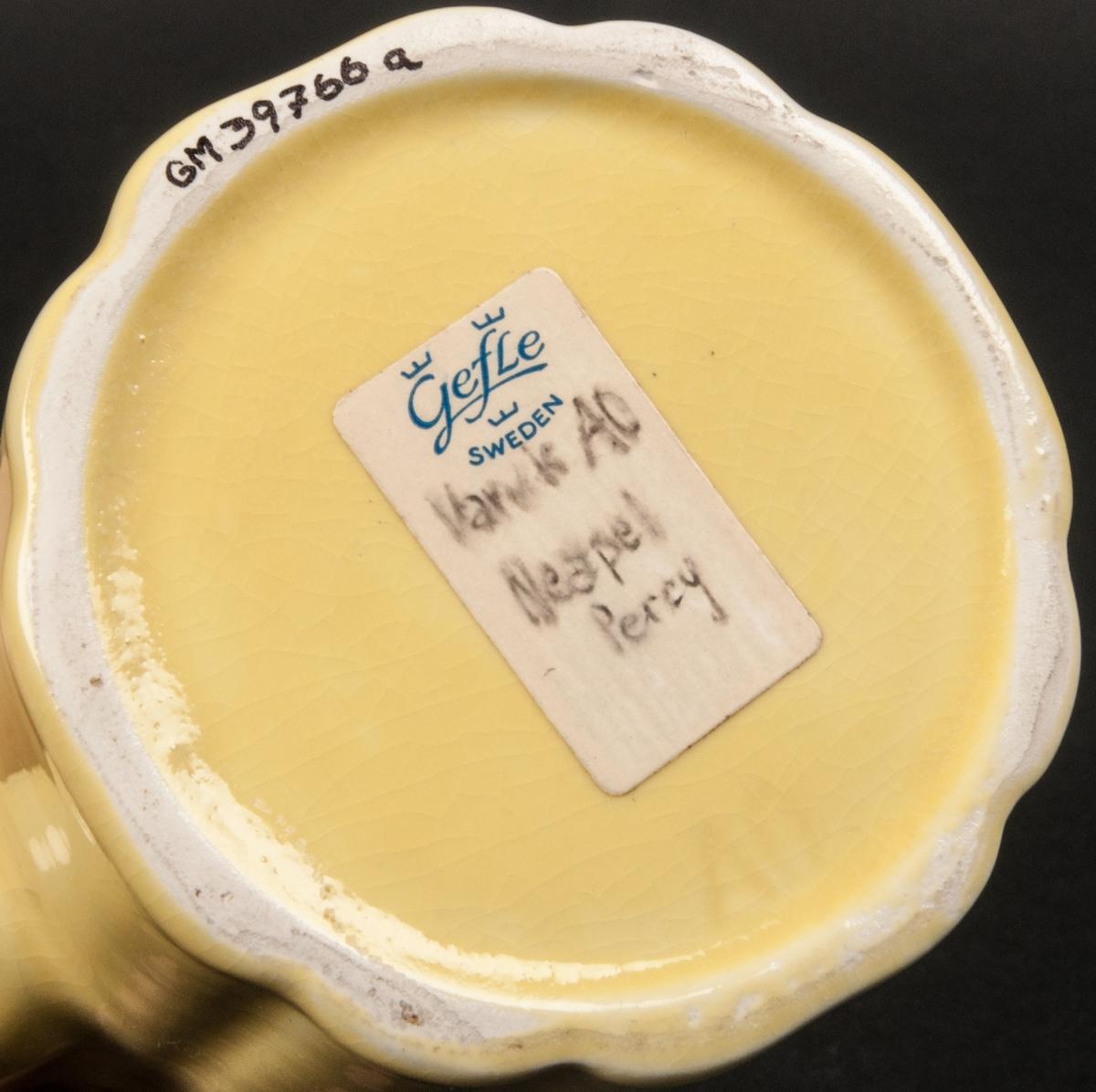 Kaffekanna, hög, rak model. Modell AO. Gul botten med gyllene dekor.