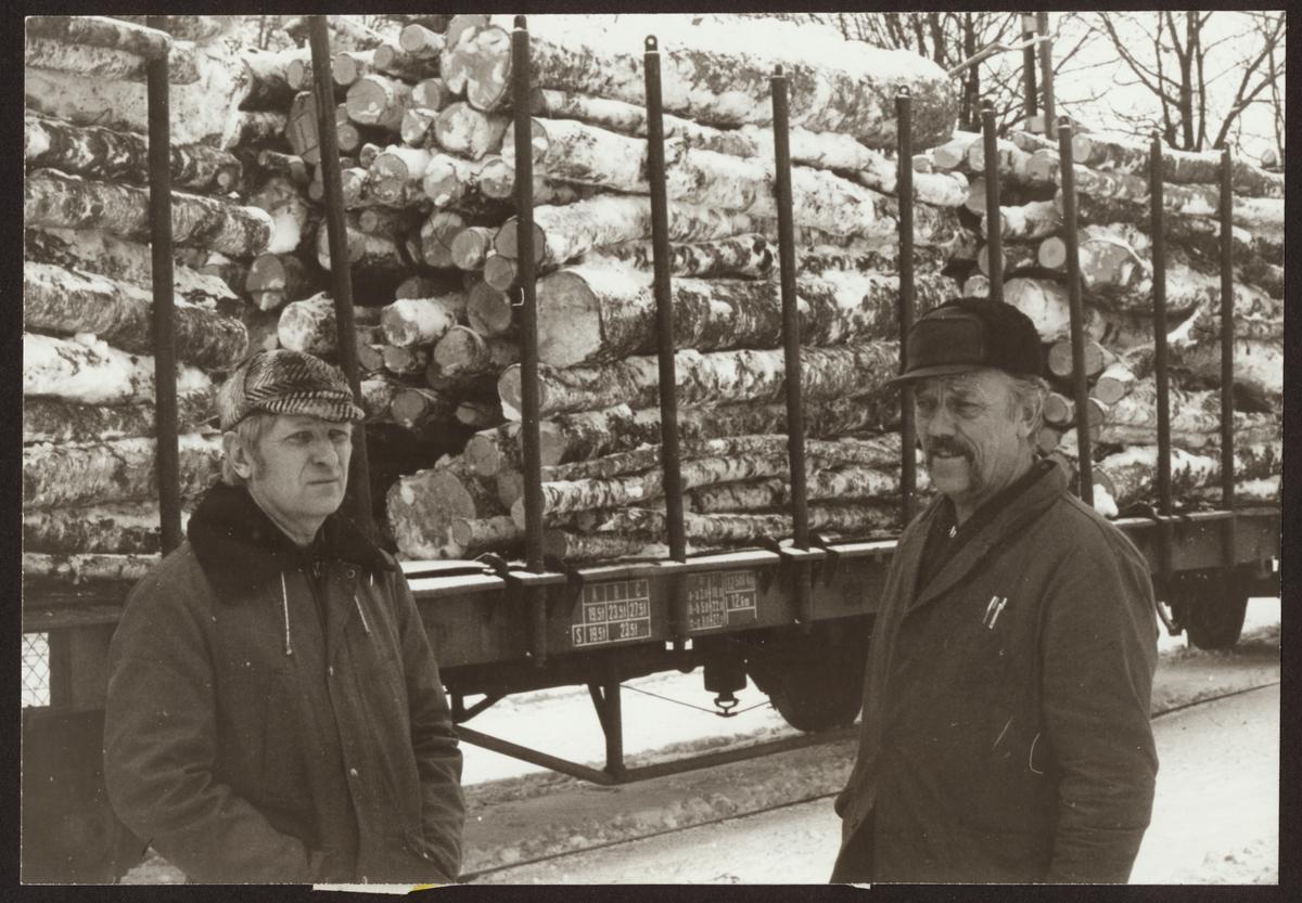 Från vänster Kopparbergs områdeschef Lars Råstock  och trafikmästare Bert Hedberg framför en lastad timmervagn diskuterar snöröjning.