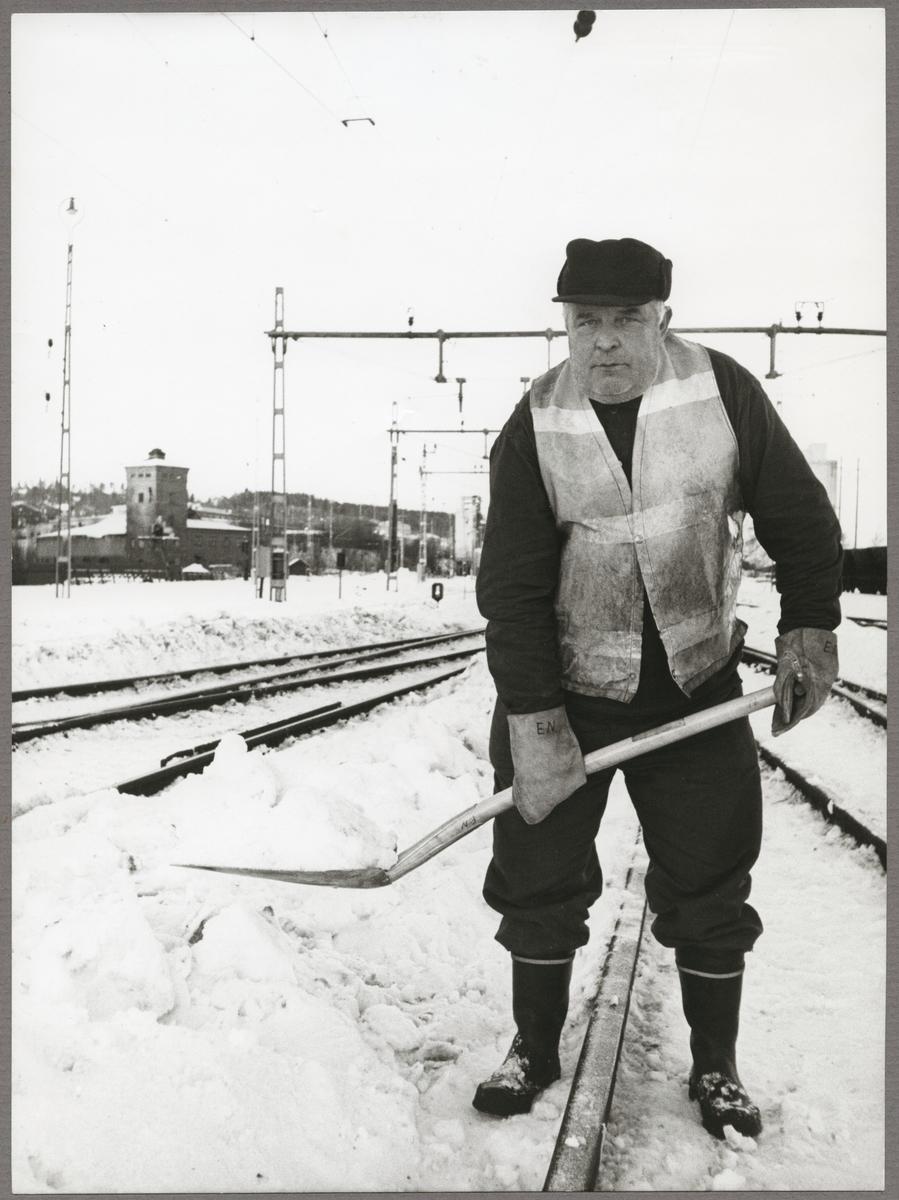 Snöskottning av järnvägsspår i Grängesberg.
