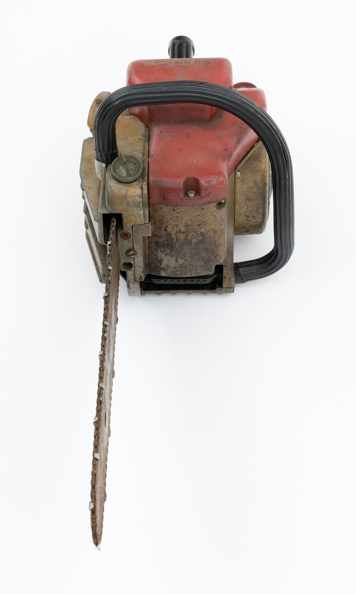 Motorsag av typen Jo-Bu Starlet med påmontert sverd og sagkjede. For registrator virker saga komplett. Saga har liggende sylinder og toppdeksel i plast. Den fremre håndtaksbøylen er polstret med svart gummi. (For mer informasjon om sagtypen, se fanen opplysninger.)