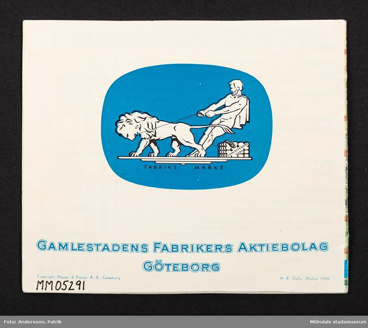 Produkt och mönsterhäfte från Gamlestadens fabrikers aktiebolag med titeln Gamlestaden och Carma (reklamhäfte). På framsidan syns en kvinna med en klänning i rutigt tyg som är likadant som bakgrunden. Titeln står i en vit kvadrat.