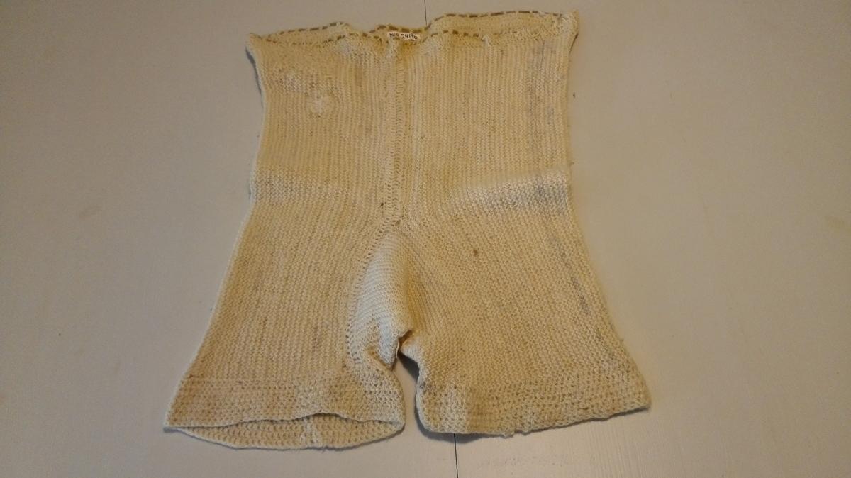 Strikka i eit stykke i rektangelforma seksjoanr bretta  til bukse og sydd saman. Hekla kant kring bein og liv. Itredd elastikk. Denne måten å strikka varme ullunderbukser på vart populær under og like etter krigen. Brukt i kalde vintrar.