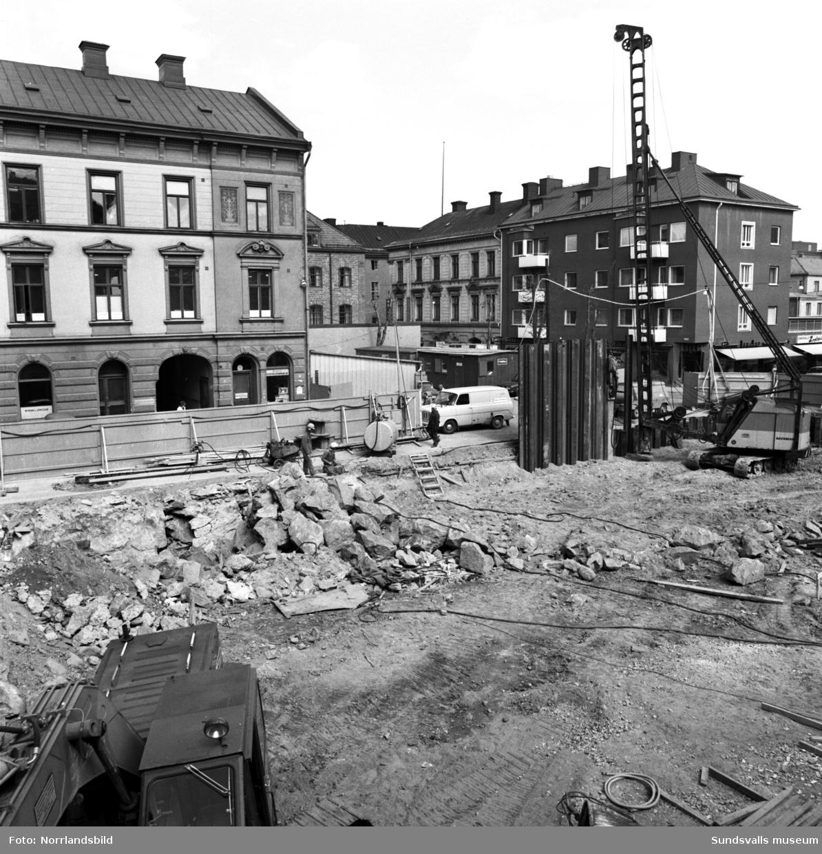 En grupp bilder på huset vid Trädgårdsgatan 16. I gatuplan fanns då Nyman & Jonssons tryckeri och bokbinderi (samma firma är kvar i huset 2019) samt Denkerts Elektrolindningar AB. I förgrunden på de första två bilderna syns pågående nybygge mitt emot, Trädgårdsgatan 13-15.