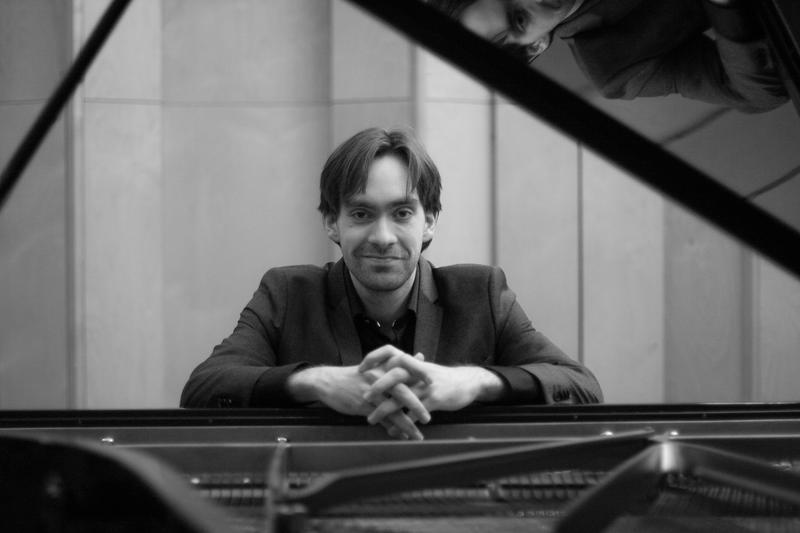 Stian Alexander Olsen er oppvokst på Fagernes og har avlagt mastereksamen i solistisk klaverspill ved Norges musikkhøgskole. Koret har samarbeidet med ham tidligere, og vi ser fram til å høre Shakespeare-inspirert klavermusikk fra ham.