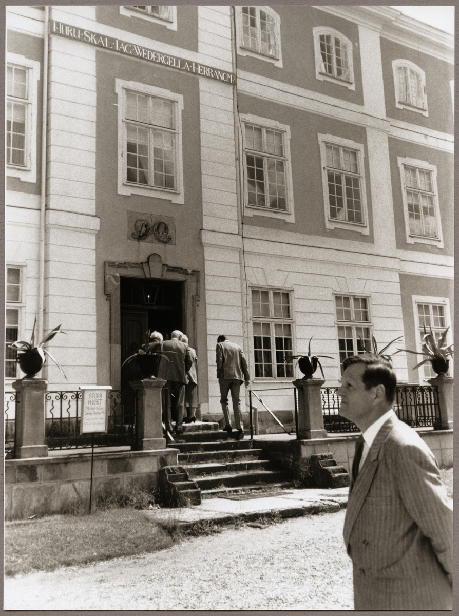 """Sällskap från Trafikaktiebolaget Grängesberg - Oxelösunds Järnvägar, TGOJ-dagen på väg in i """"Stora Huset"""" vid Julita herrgård den 2 juni 1989."""