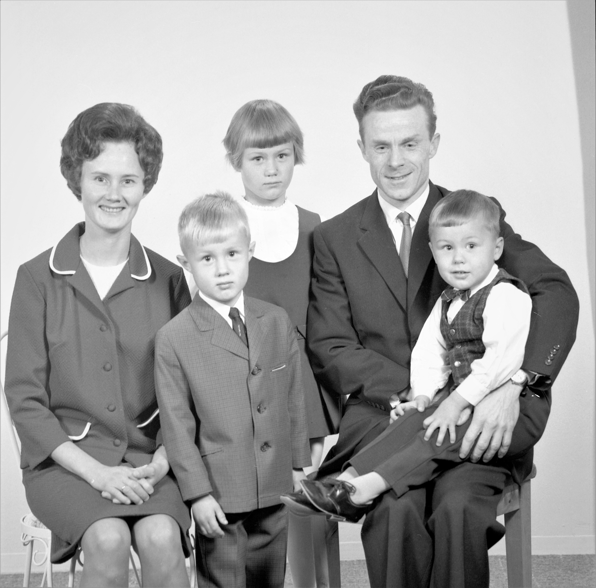 Portrett. Familiegruppe på fem. Ung kvinne, ung mann pike, gutt og ung gutt. Bestilt av Jan Monsen. Austmannav. 19B