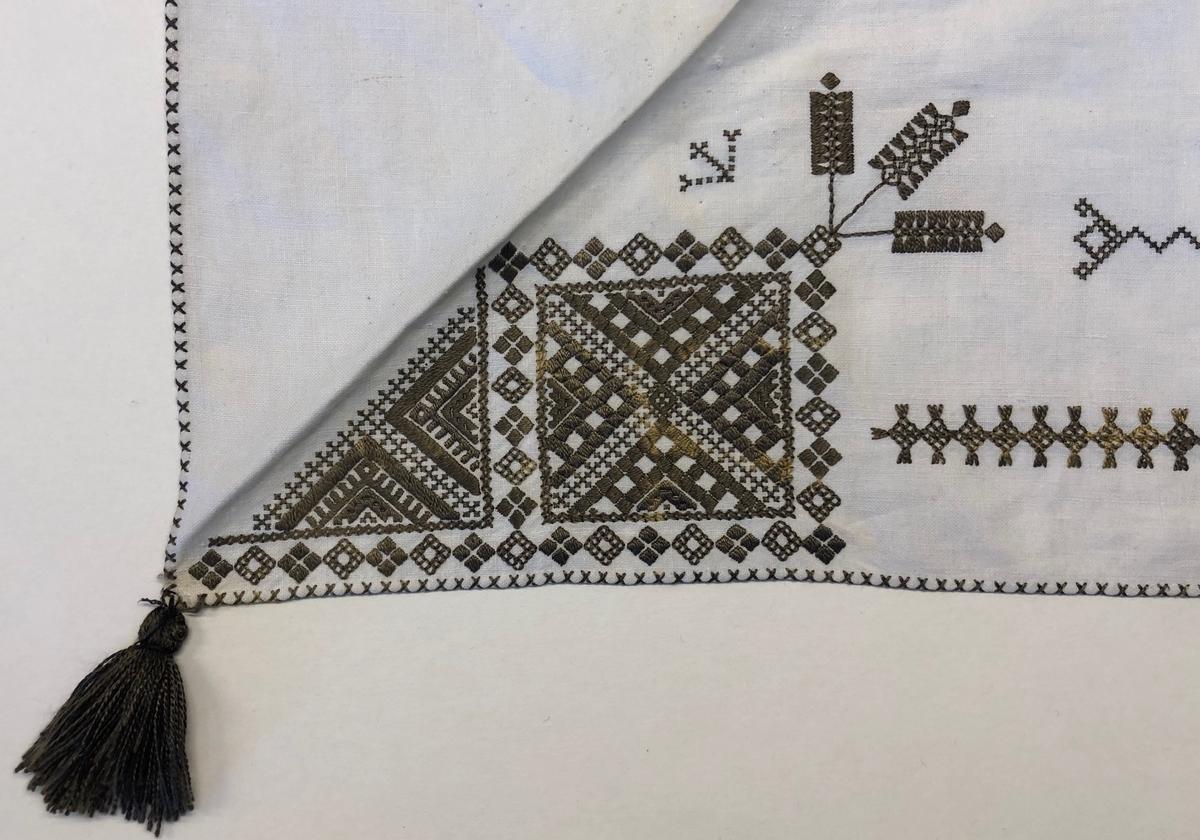 Geometriskt mönster i kvadrater i hörnen. Två bårder mellan kvadraterna på ryggsnibb och framsnibbar.  På ryggsnibben tre kvadrater  och en  majstångsspira samt märkning med årtal och initialer.  På varje framsnibb en kvadrat och en trekant. Fem ornament