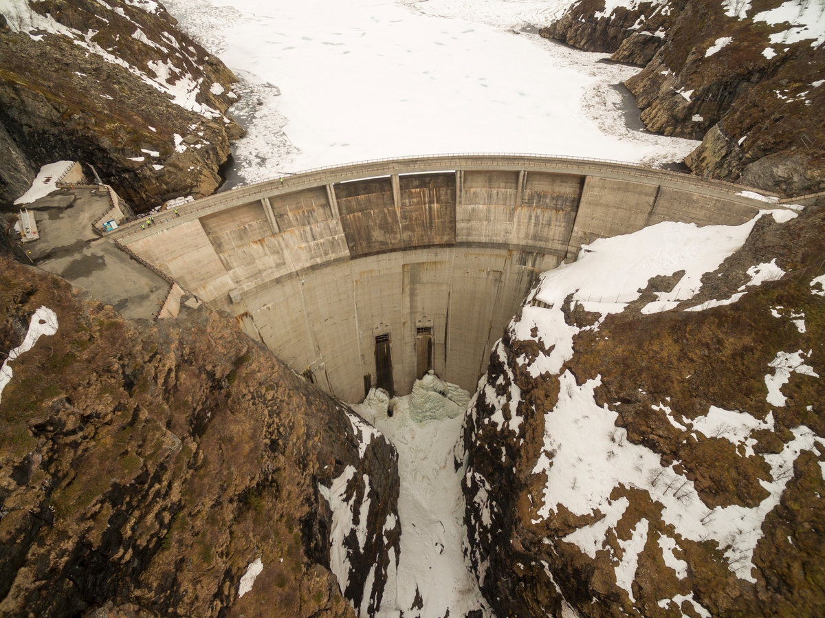 Demningen til Alta kraftverk sett frå lufta.