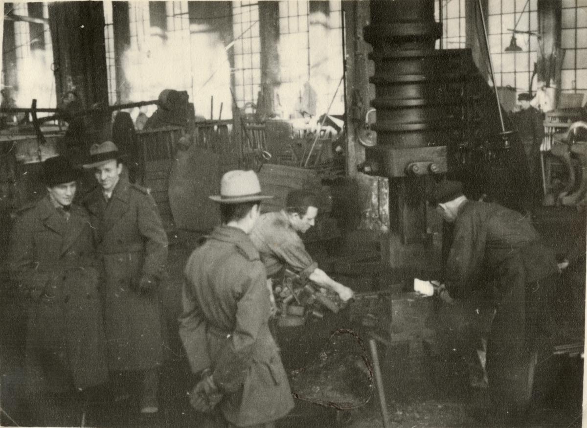"Text i fotoalbum: ""AIHS studiebesök vid Scania Vabis 5.2.1928. Ånghammare."""