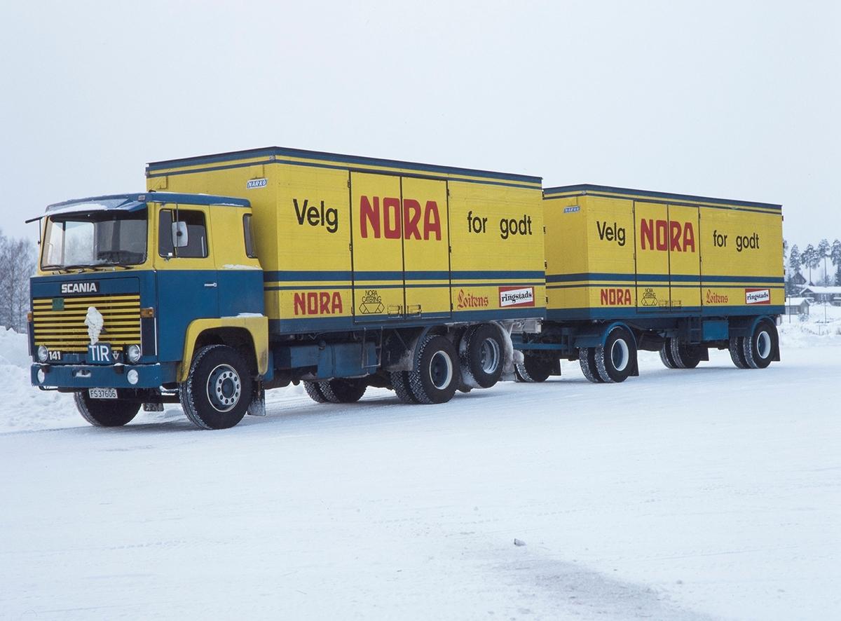 Nora-Sunrose, lastebil med Nora logo, reklame. Lasebileier Hestsveen. Scania FS-37606.
