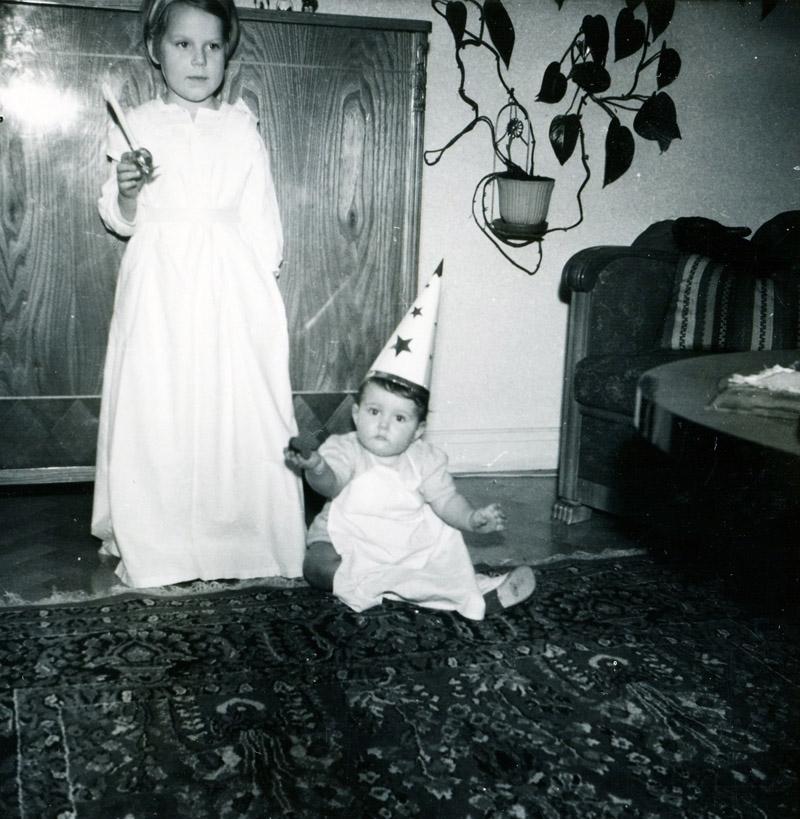 "Vommedal Östergård 2:40 ""Olas"" gamla huset, Streteredsvägen 21, julen 1953. Syskonen i vardagsrummet. Annika Bjerrhede f. 1948. Staffan Bjerrhede f. 1953."