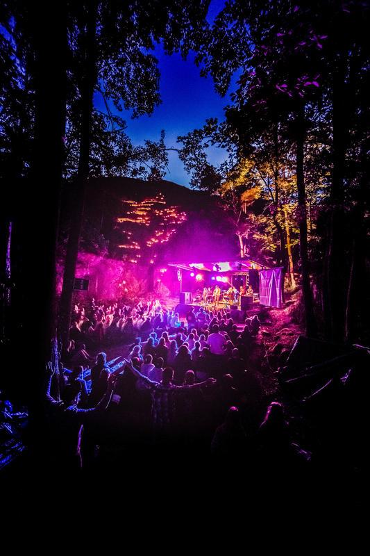 """På festivalområdet er det et eget friluftskapell, """"Fjellkapellet"""", hvor man ved hjelp av lyssetting blant annet holder stemningsfulle gudstjenester etter mørkets frembrudd. Foto: Haakon Sundbø"""