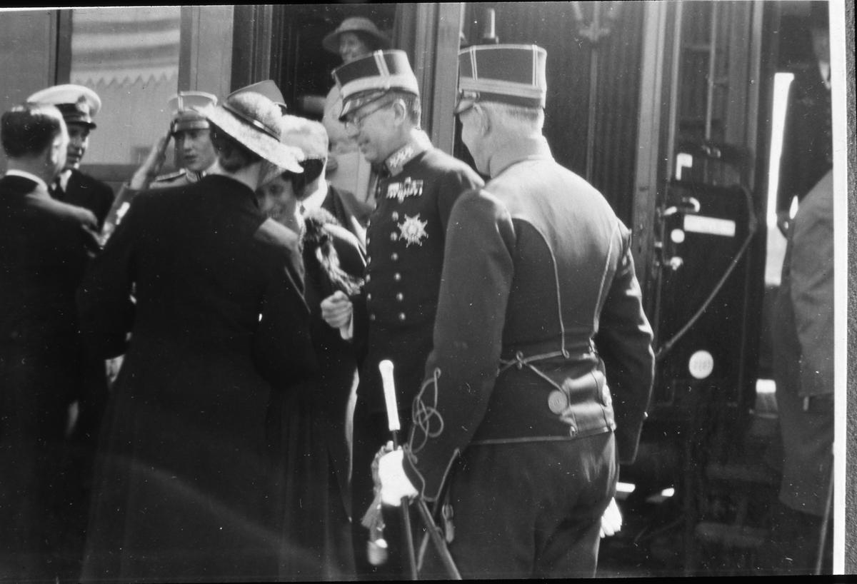 Kronprinsparet, Louise och Gustaf Adolf, anländer, till Arboga, med tåg för att delta i firandet av riksdagens 500-årsjubileum. Arbogautställningen pågår samtidigt.