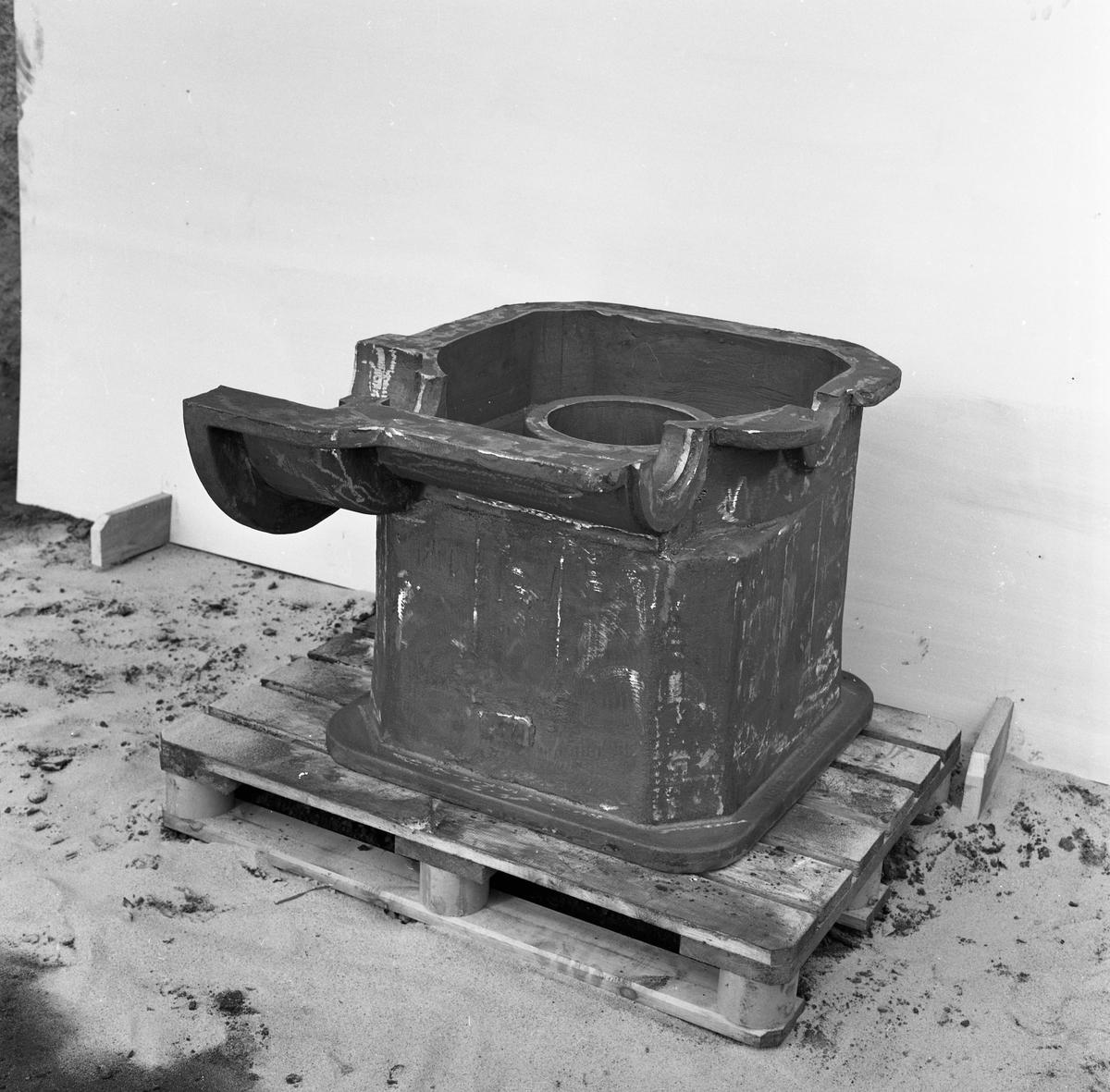 Arboga Mekaniska Verkstad, gjutgods på gjuteriet.  25 september 1856 fick AB Arboga Mekaniska Verkstad rättigheter att anlägga järngjuteri och mekanisk verkstad. Verksamheten startade 1858. Meken var först i landet med att installera en elektrisk motor för drift av verktygsmaskiner vid en taktransmission (1887).  Gjuteriet lades ner 1967. Den mekaniska verkstaden lades ner på 1980-talet.