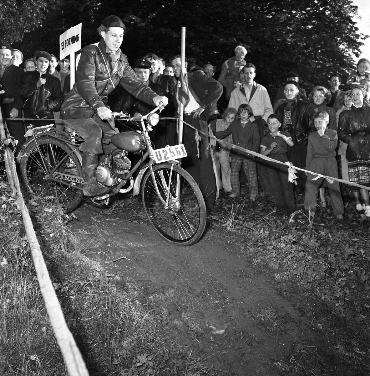 Arbogas Stjärnknutte Tävling i terrängkörning med motorcykel. Publiken står alldeles intill banan.