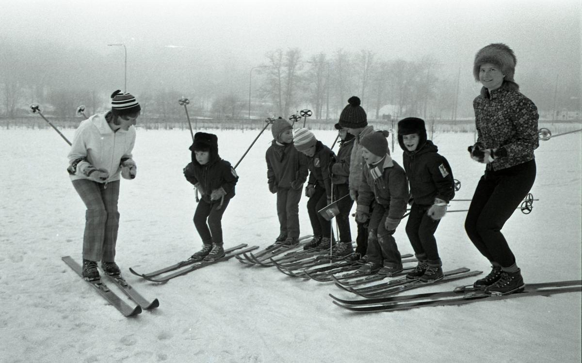 Avslutning på skidskola för barn. Två kvinnliga skidlärare och sju barn. Sjätte barnet, från vänster, är Ken Gustafsson. Anita Gustafsson är skidläraren längst till höger.