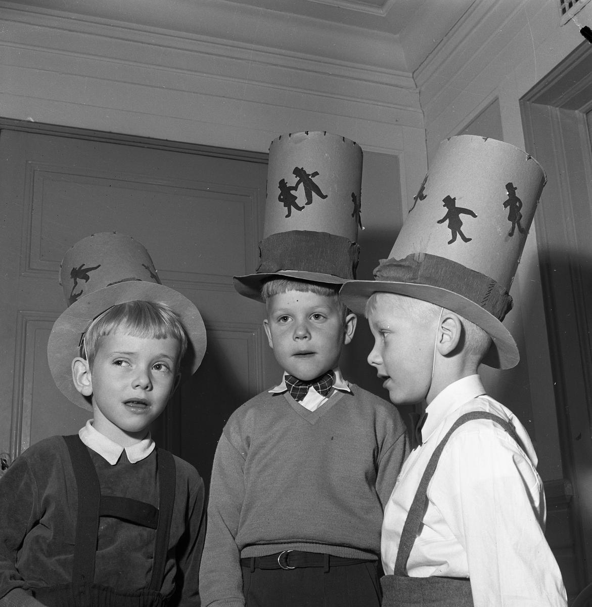 Barnträdgårdens avslutning. Är det månne tre pepparkaksgubbar med höga hattar?