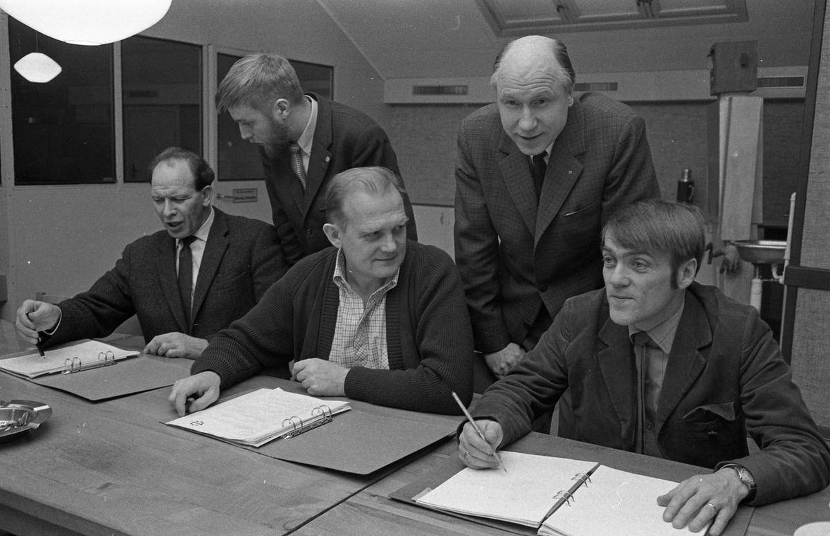 CVA. Kurs för pryohandledare. De två männen som står upp är Per Torstensson och Lars Erjö (lärare). De som sitter, med pärmarna uppslagna, är okända. Centrala Verkstaden Arboga