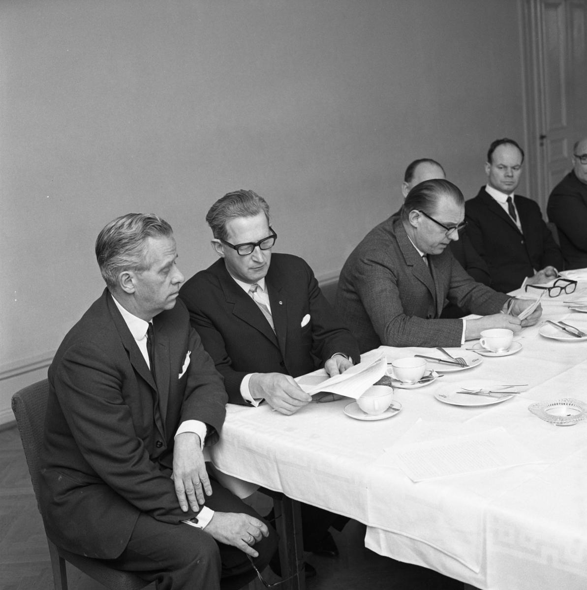 Hantverksföreningens PR-kurs. Nummer två från vänster är Hjalmar Modigh. Kostymklädda män vid bord dukat för kaffe.