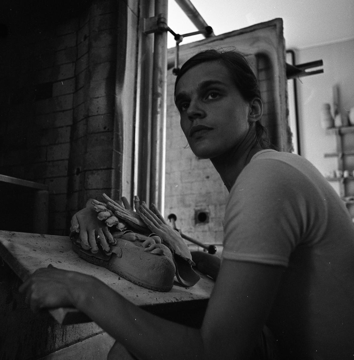 """Keramiker Kerstin Hörnlund i ateljén i en ågård på norr. Hon har en skulptur framför sig. Läs Kerstins text """"Konstnärsliv i Arboga - möten och minnesbilder"""" i Arboga Minnes årsbok 1998."""