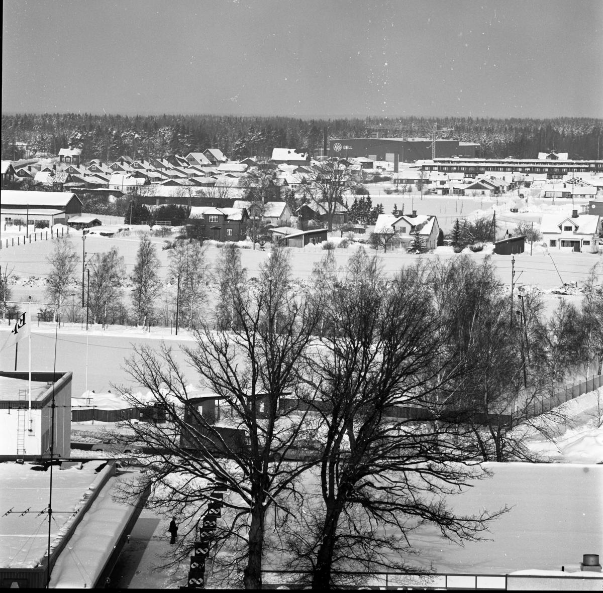 Sturevallen och Ladubacksgärdena sedda från Heliga Trefaldighetskyrkans torn. Norra skogen i bakgrunden. Bebyggelse vid Engelbrektsleden och senare byggda Fellingsbrovägen Det är vinter och snö. Vy mot norr.
