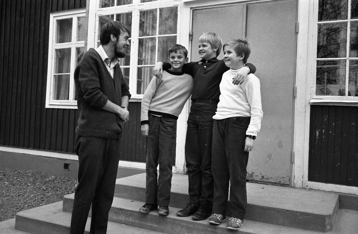 """Elever som medverkar i TV-programmet """"Vi i femman"""". Läraren heter Bengt Andersson. Eleverna är Per Gustafsson, Ingemar Hermansson och Hans Ivarsson. Tyringe skola."""