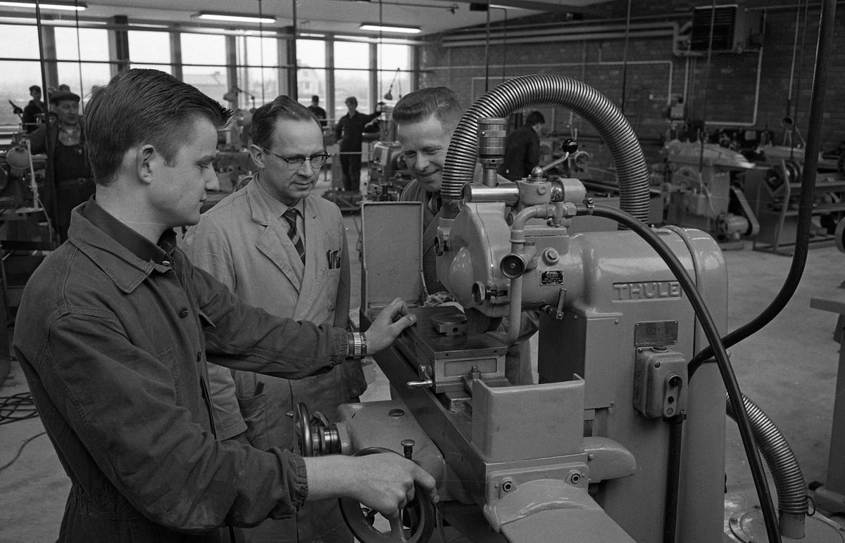 Yrkesskolan, verkstaden på Vasagymnasiet. Mannen i mitten är yrkeslärare Otto Daunfelt. Maskinhall med många elever verksamma.