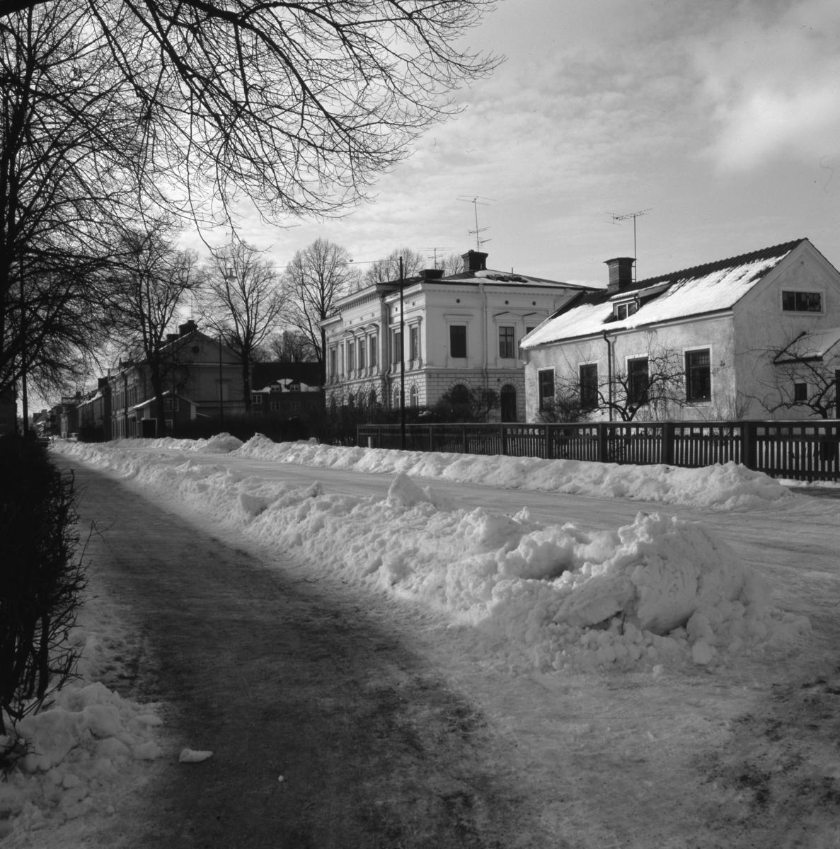 Östra Nygatan. Köpingstullen, Glasbruksvillan och ett hus till. Vinter och snö. Bergmansparken till vänster.