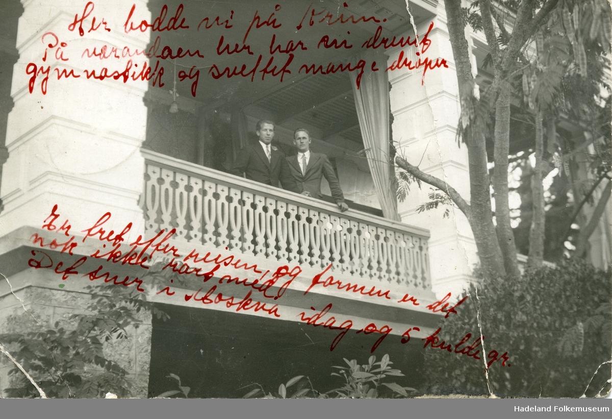 Hans Engnestangen og Michael Staksrud stående på balkongen der de bodde på Krim ved Svartehavet.