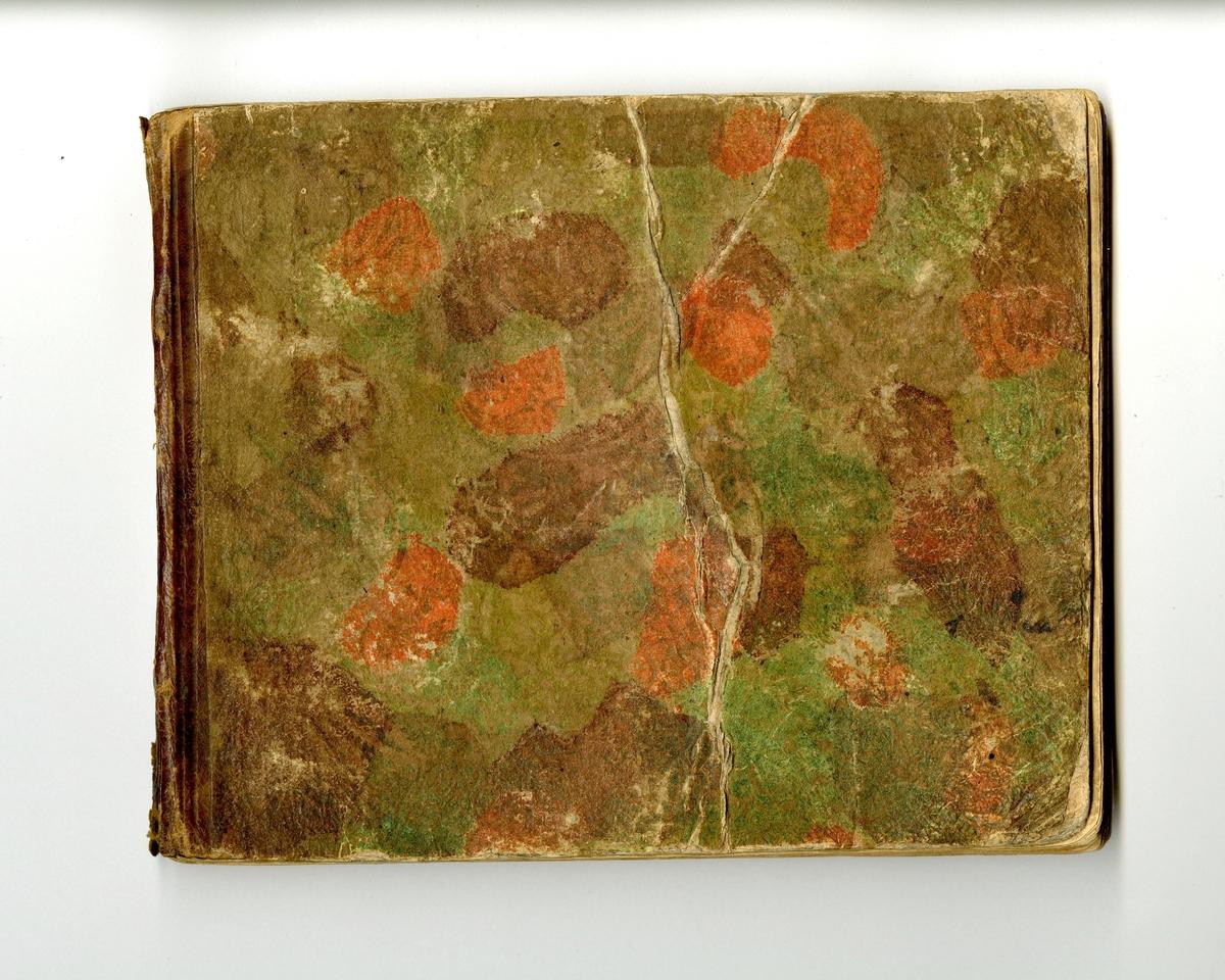 Innbundet notebok. Ytterperm i perforert tykt papir. Påmalt med ulike farger i rødt, brunt og grønt. På innersiden perm er det påført flere kruseduller, navn og små tegninger. På siste side er det skrevet: A. O. Wahl 1814. Signert med flere navn på tittelsiden.