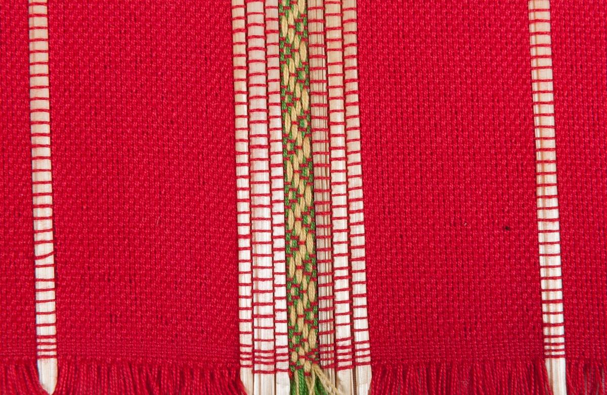 Halmlöpare i bomull och halm. Tuskaft och rosengång.  Varp: 2 tr. bomullsgarn i rött. Inslag: samma som varp, dubbelt spolat. Till mönster halm i tuskaft och 2 tr. bomullsgarn i ljusgul och ljusgrön, dubbelspolat, i rosengång.