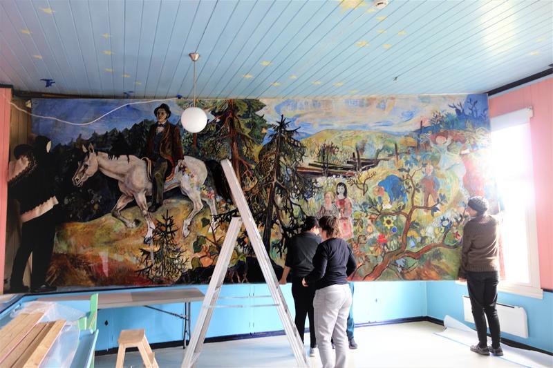 Maleriet er løs fra veggen. MiA-ansatte er del av støttekorpset. Foto: MiA.