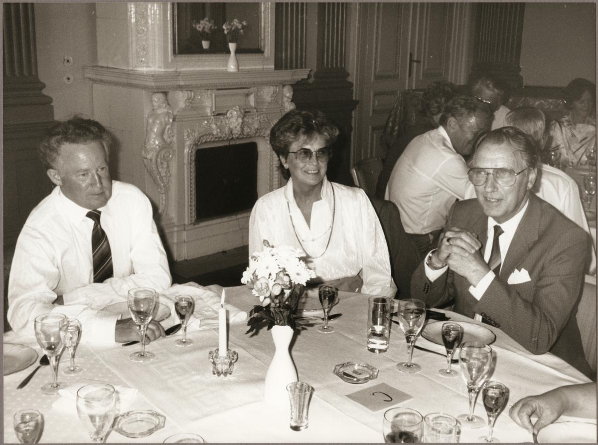 Stig Göhlman till vänster, Betty och Åke Zetterberg vid bordet på Nora Stadshotell på Trafikaktiebolaget Grängesberg - Oxelösunds Järnvägar, TGOJ-dagen den 27 maj 1988.