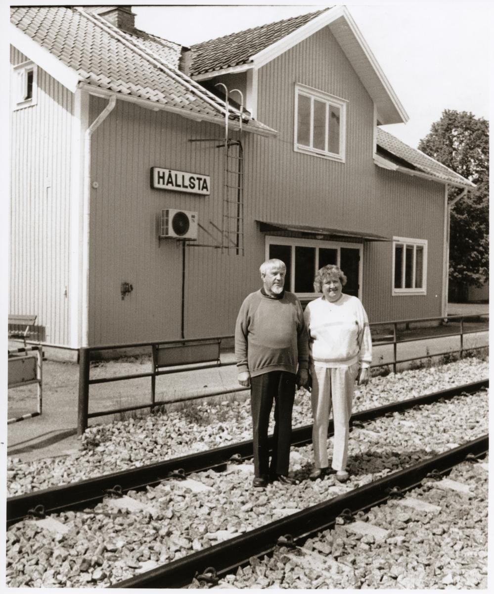 Stationshuset i Hållsta med nyrustad exteriör av Tage och Maj-Britt Lundvall som bor i huset. Tage är pensionerad från Trafikaktiebolaget Grängesberg - Oxelösunds Järnvägar, TGOJ.