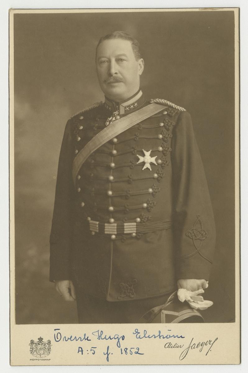 Porträtt av Hugo Gustaf Theodor Ekström, överste vid Upplands artilleriregemente A 5.  Se även bild AMA.0002034.