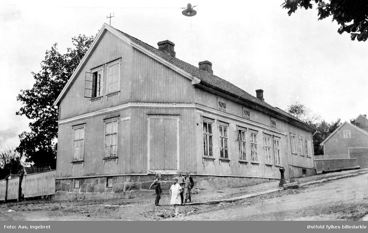 Gateparti fra Glengsgata 14 i Sarpsborg 1929 , garver Jensens hus. Barna er ukjente.