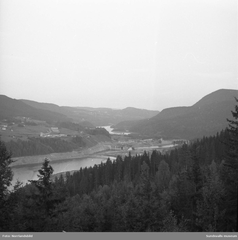 Vy över bygget av Järkvissle kraftverk fotograferat söderut från Klippberget. Till vänster i bild syns personalbostäderna varav en del hus ännu (2019) finns kvar.