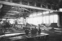 Interiör från plåtverkstaden vid Gävle Varv på 1920-talet.