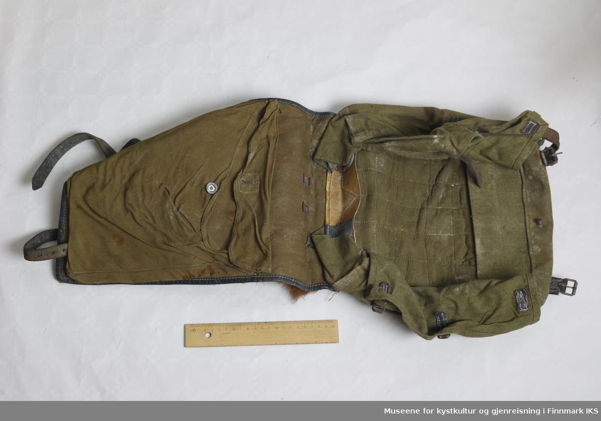 En ryggsekk produsert av Agrull, Wien 1940. Brukt av den Østerrikske hær. Ryggsekken har kalveskinn på baksiden, vendt mot ryggen av bæreren, og har foldbar konstruksjon, bestående av en ytre og indre del. Den ytre delen kan løftes opp ved løsne to skinnremmer, slik at lommene på innsiden gjøres tilgjengelige.