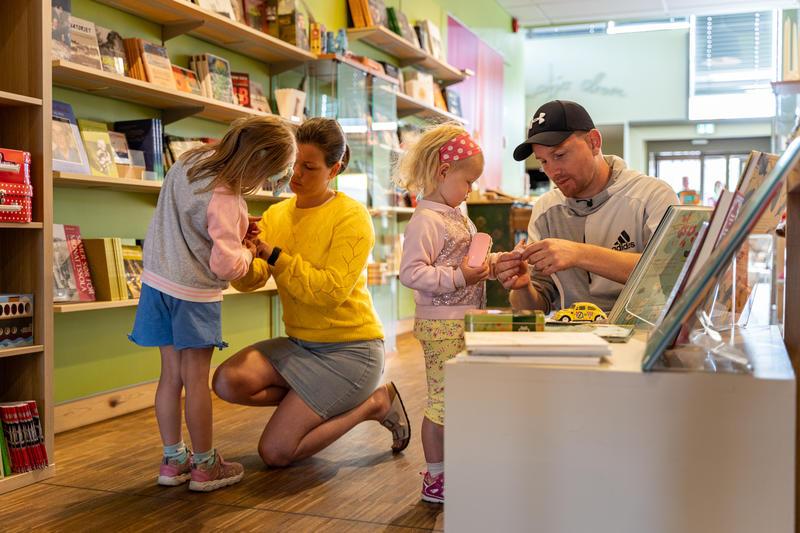 Familie i museumsbutikken på Glomdalsmuseet