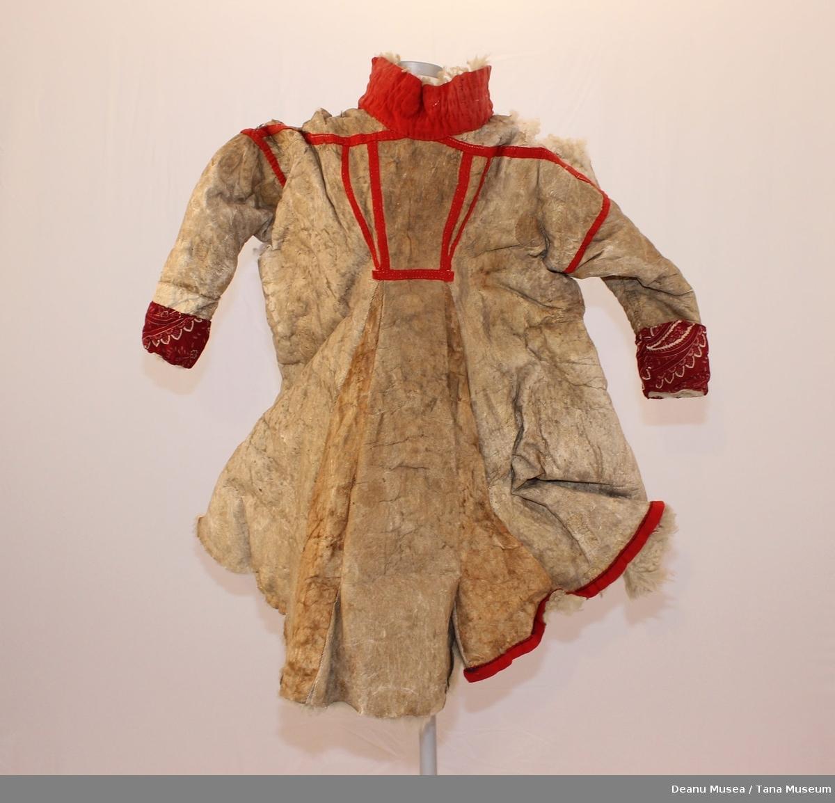 Dork av hvit saueskinn. Rød mønstret klede ermer og hals.