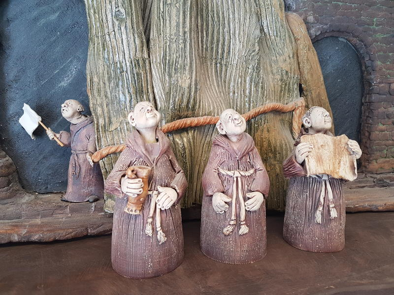 4 keramikkmunker står og ser salig opp mot himmelen