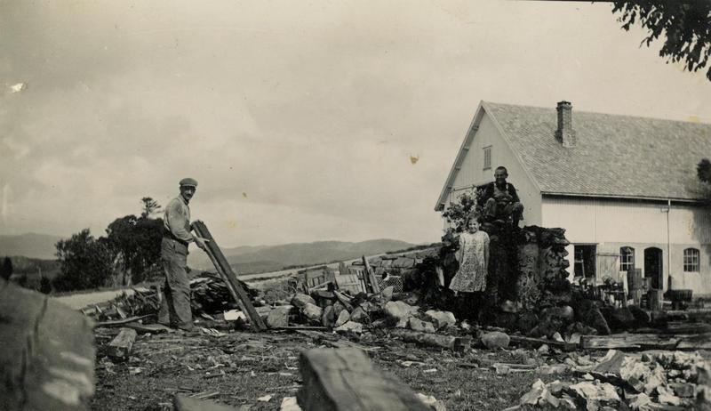 Dette fotografiet er tatt like etter at det gamle huset på Lende er revet.